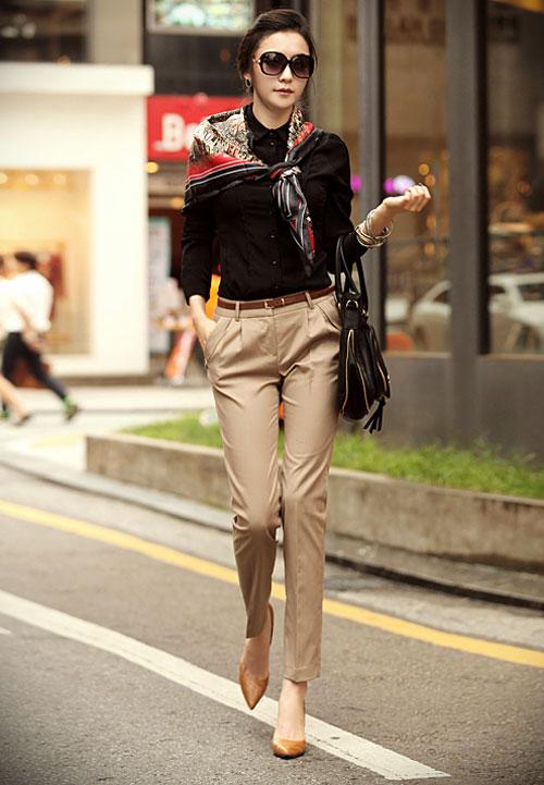 Áo sơ mi công sở nữ đen kết hợp với khăn quàng và quần kaki