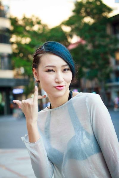 Trang-Khieu-dien-thoi-trang-xuyen-thau (3)