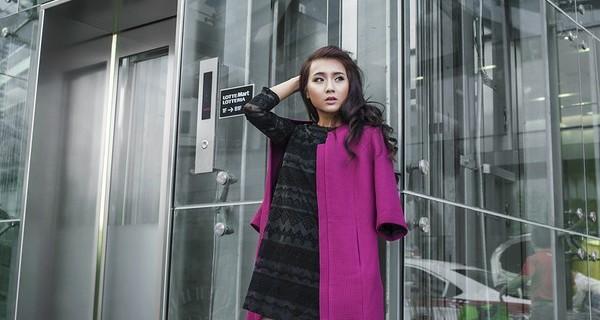 Thêm chút màu sắc cho ngày lạnh bằng chiếc áo khoác dáng dài màu tím kết hợp cùng váy liền màu đen - một set đồ đơn giản và rất thanh lịch phải không nào?