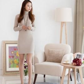 Chiếc váy liền đơn sắc, cao trên gối cộng thêm đôi guốc cao gót tiệp màu cũng giúp chị em trông cao ráo hơn