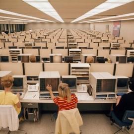 Các nữ nhân viên ở trung tâm đặt Eastern Airlines ở Miami, Florida vào ngày 11/11/1970.