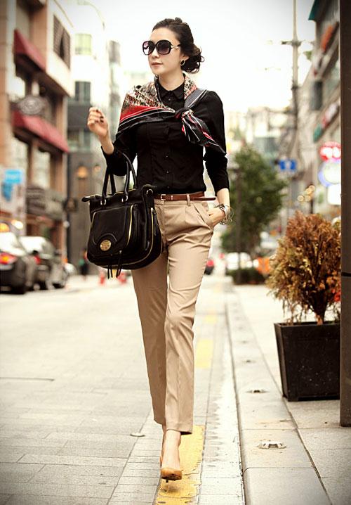 Áo sơ mi công sở nữ kết hợp với quần kaki