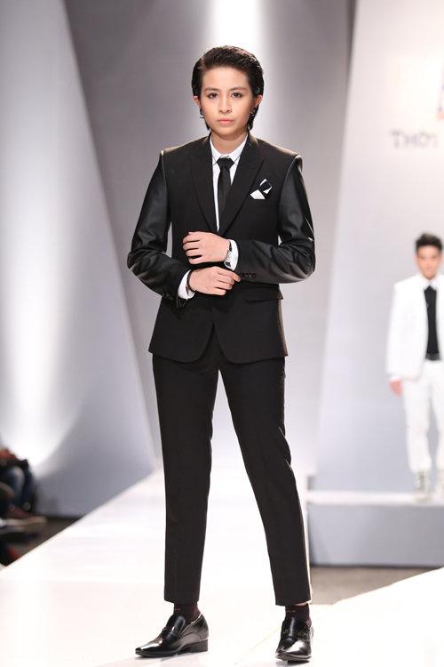 Gil Lê bất ngờ được mời làm mẫu, giới thiệu bộ sưu tập thời trang dành cho nam giới trong chương trình 'Thời trang và đam mê' diễn ra tại TP HCM.