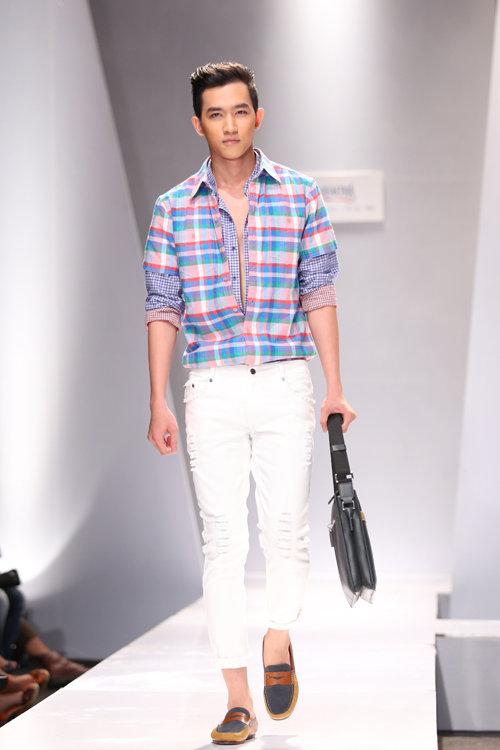 Người mẫu Minh Trung với chiếc áo sơ mi caro nhiều lớp khá lạ mắt.