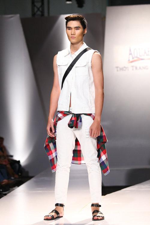 Quần xé, áo sát nách và dép xăng đan tạo vẻ đơn giản, bụi bặm và đầy cá tính cho phái mạnh.