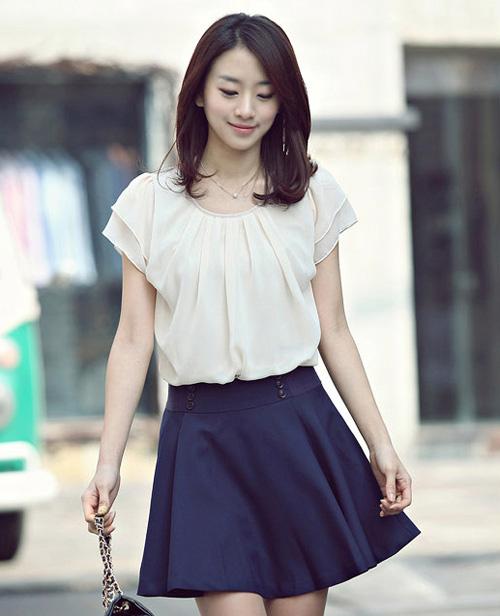 Váy chữ A xòe nhẹ nhàng sẽ tạo cảm giác hông to hơn cân đối với vai thô.