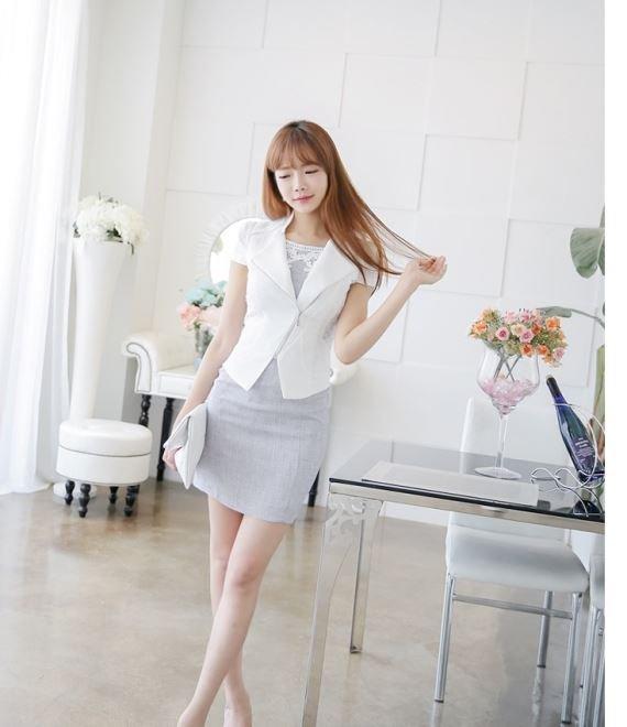 Những chiếc vest tay cộc này sẽ là bộ đôi ăn ý cho bạn trưng dụng tiếp những kiểu đầm không tay từ mùa hè sang thu.