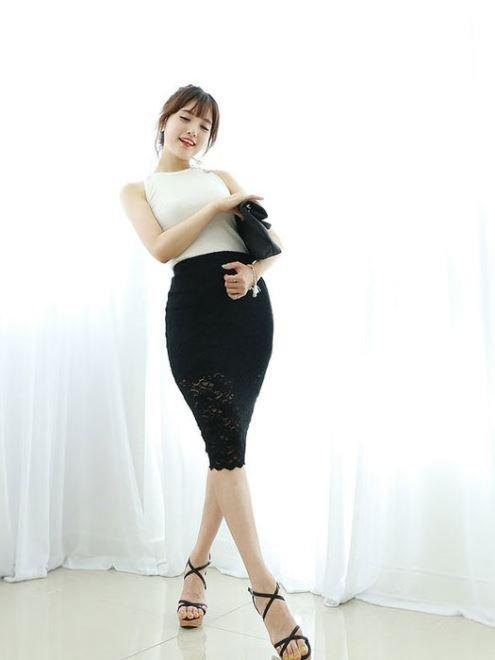 Đối với phụ nữ có tuổi, chọn chân váy bút chì dài quá đầu gối một chút mà vẫn đảm bảo được vẻ đẹp quyến rũ.