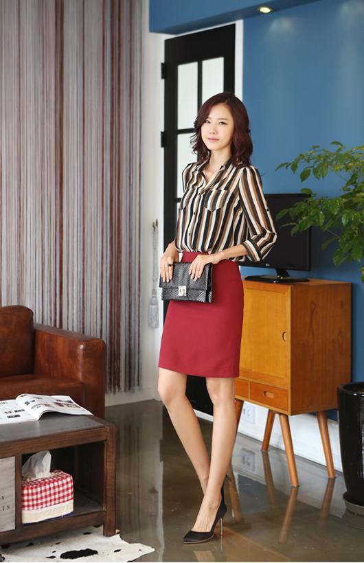 Một set đồ không bao giờ lỗi mốt, luôn khiến nàng công sở trong thật thanh lịch, xinh xắn: áo sơ mi kẻ sọc, chân váy bút chì, giày cao gót mũi nhọn.