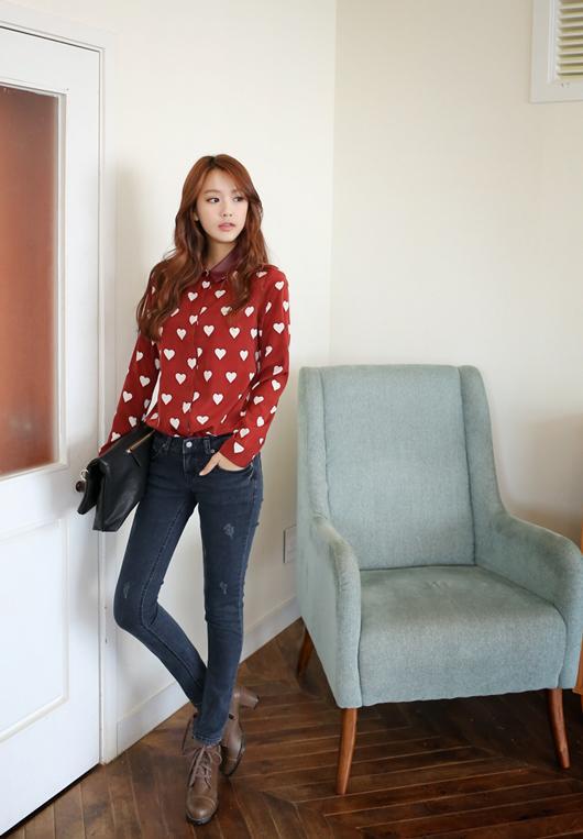 Gu thời trang cho nàng công sở trẻ trung: áo sơ mi kết hợp với quần jean khiến nàng trẻ trung và năng động, phù hợp cả nơi công sở lẫn đi dạo phố