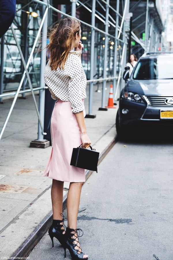 Chân váy bút chì hồng phấn và sơ mi chấm bi - một sự kết hợp không thể hoàn hảo hơn cho một set đồ thanh lịch và nổi bật.