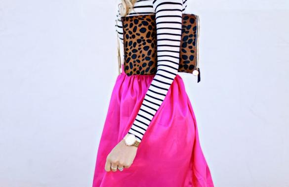 Bản thân gam hồng mười giờ đã rất nổi bật, vì vậy với những chiếc váy gam màu này, bạn nên lựa kết hợp cùng những chiếc áo đơn giản như sơ mi, áo phông trơn hay áo thun kẻ ngang.
