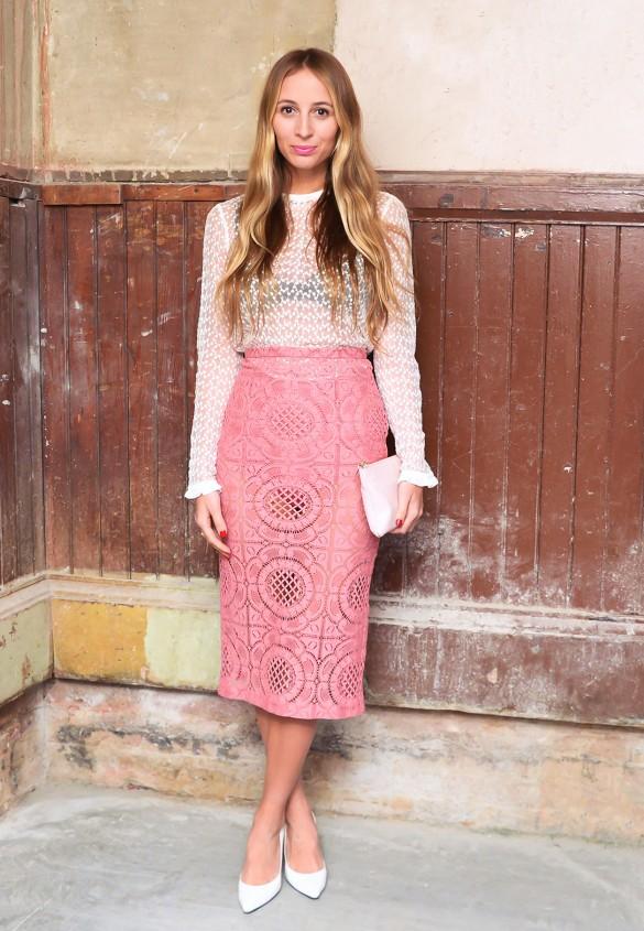 Nếu như chưa tự tin diện cả cây ren hồng thì bạn có thể lựa chọn cho mình những chiếc chân váy ren đơn giản như thế này...