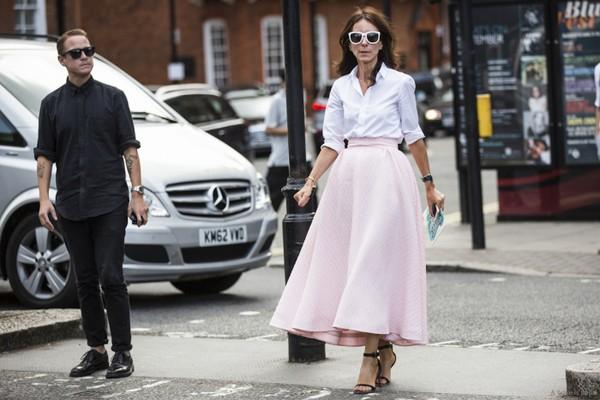 Kết hợp với áo sơ mi trắng sẽ tạo thành bộ đôi thanh lịch không kém trắng-đen