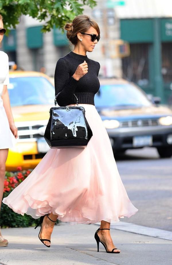 ...hay áo len trơn dài tay thanh lịch. Các quý cô cũng cần nhớ rằng quy tắc mix chuẩn mực nhất cho chân váy màu hồng  đó là lựa chọn những chiếc áo đơn giản thôi nhé!