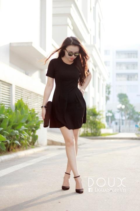 Đầm đen hết sức đơn giản, tinh tế nhưng lại có khả năng giúp các bạn nữ khỏa lấp mọi khuyết điểm