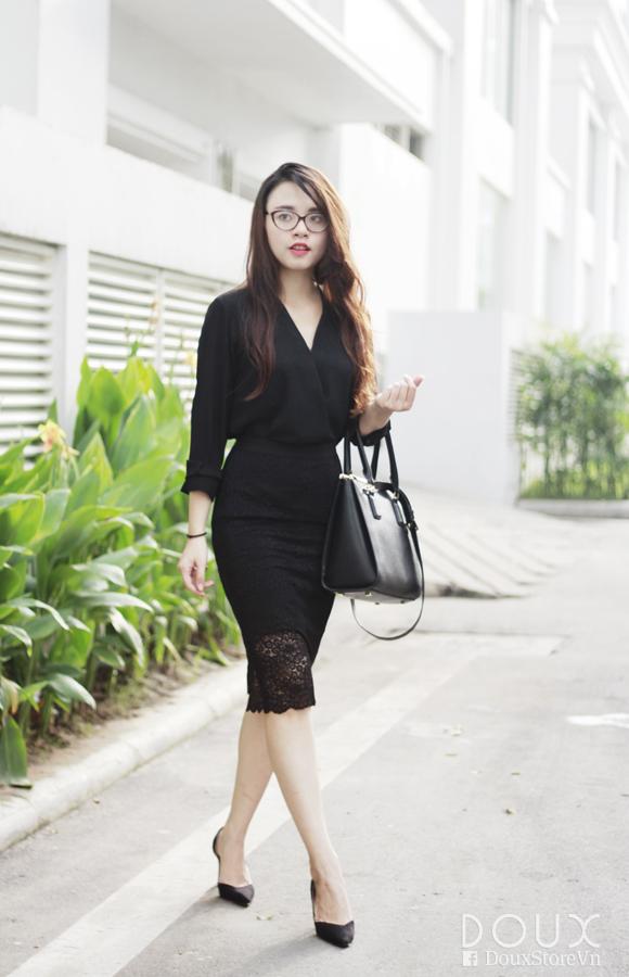 Áo sơ mi phối cùng chân váy bút chì pha ren cổ điển tôn lên nét quyến rũ, gợi cảm