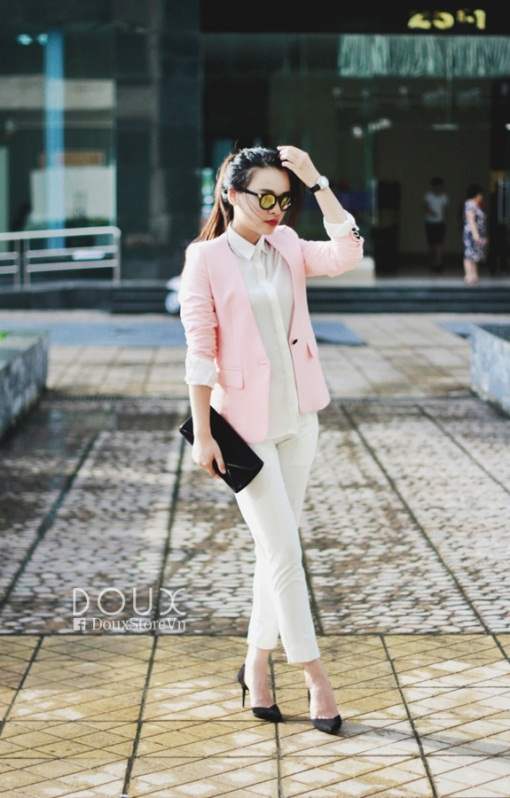 Vest thu đông màu hồng nhạt kết hợp với set đồ white-on-white cá tính