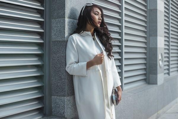 Áo khoác dáng dài màu trắng kết hơp váy liền cùng tone vừa bật và cũng vừa đủ để giữ ấm cho các quý cô trong những ngày gió lạnh đầu mùa.