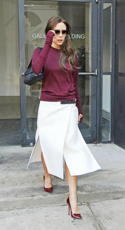 """Nhịp nhàng hết sức giữa màu áo và màu giày, chiếc váy trắng xẻ """"tứ phía"""" lại càng thêm thu hút và thành điểm nhấn tuyệt vời."""