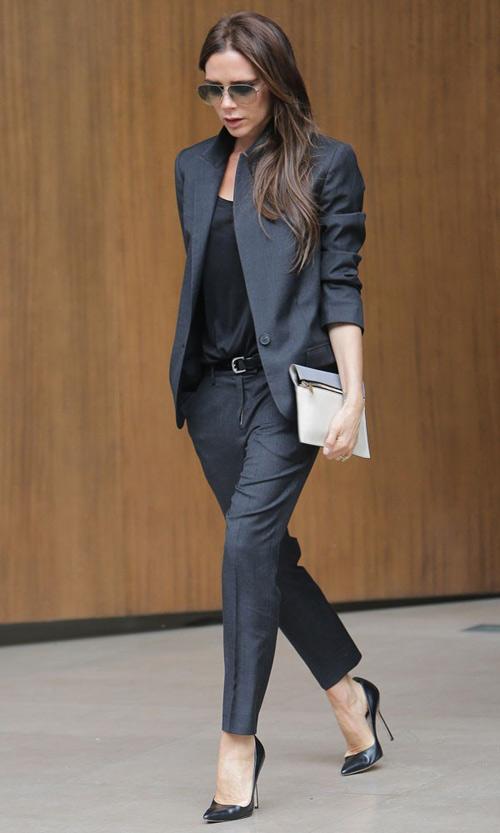 Một bộ vest vừa vặn, gam màu tối thanh lịch, độ dài quần vừa tới mắt cá chân.