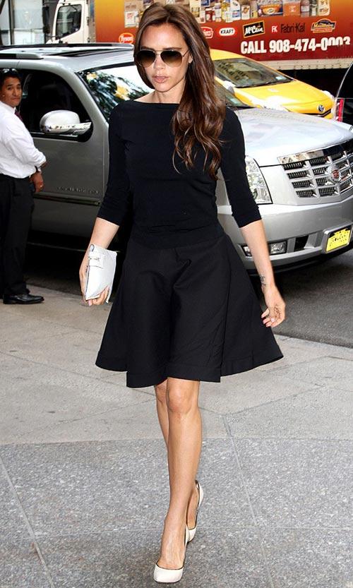 Đơn giản tuyệt đối và cũng thanh lịch, hấp dẫn tuyệt đối với chân váy xòe và áo thun đen.