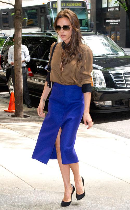Chân váy xẻ duyên dáng màu xanh coban kết hợp tuyệt vời cùng sơ mi mong manh