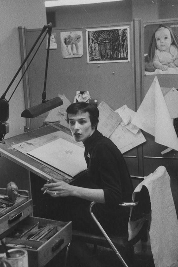Đây là một họa sĩ minh họa vào năm 1957. Cô cắt tóc ngắn và mặc một chiếc áo len cao cổ.