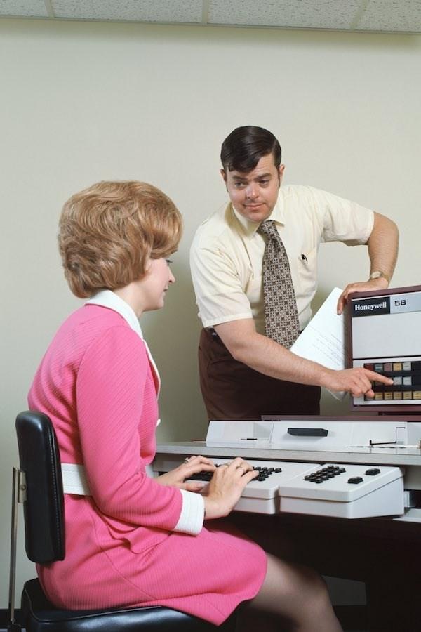 Bức ảnh này cũng được chụp vào năm 1970. Người phụ nữ này đang nhập dữ liệu máy tính. Cô mặc một chiếc váy màu hồng tươi sáng với cổ áo trắng . Có vẻ như váy ngắn đã bắt đầu được sử dụng phổ biến tại thời điểm này.
