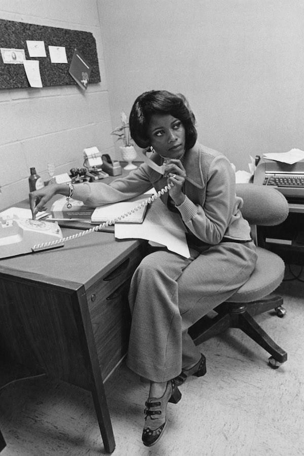 Nữ nhân viên văn phòng này mặc quần dài đi làm và điểm nhấn trên trang phục của co là kiểu giày cao gót khá lạ, cùng nhẫn và vòng tay. Ảnh chụp năm 1975.
