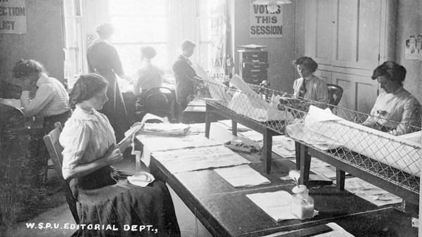 """Tháng 9 năm 1911, tại toà soạn tờ """"The Strand Magazine"""" ở London Anh. Những nữ tình nguyện viên này đang làm các công tác chuẩn bị cho số đặc biệt kêu gọi bầu cử cho phái nữ. Đặc điểm chung của họ chính là mái tóc được uốn/ búi thành những lọn to. Trang phục thường là áo blouse trắng rộng, có cổ và váy dày."""