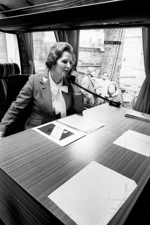 """Ảnh chụp """"Bà đầm thép"""" Margaret Thatcher hiện một cuộc gọi điện thoại cho Đảng Bảo thủ trong chiến dịch bầu cử của mình ngày 11/4/1979."""