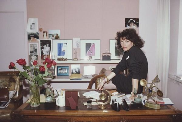 Nhà thiết kế thời trang Diane Von Furstenberg trong studio của cô. Furstenberg ăn mặc và trang điểm rất cá tính với các phụ kiện như vòng tay, bông tai cỡ lớn cũng như sử dụng son môi bóng. Ảnh chụp vào 4/1987.