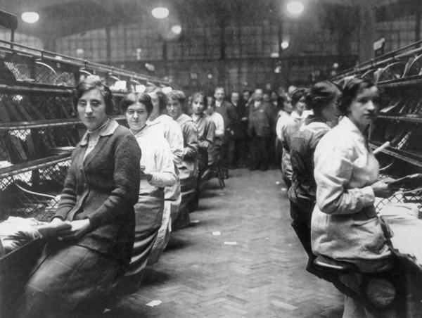 Bức ảnh chụp tại một bưu điện vào thời điểm gần Giáng sinh năm 1920. Nếu nhìn kĩ cô gái ngay bìa trái bạn sẽ thấy dáng dấp của trang phục công sở ngày nay.